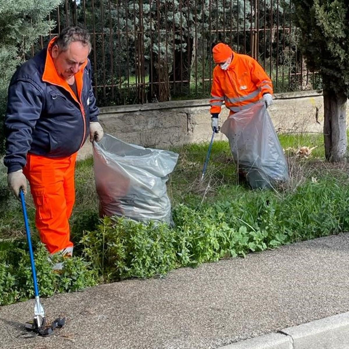 San Salvo pulizia rifiuti nella zona industriale foto